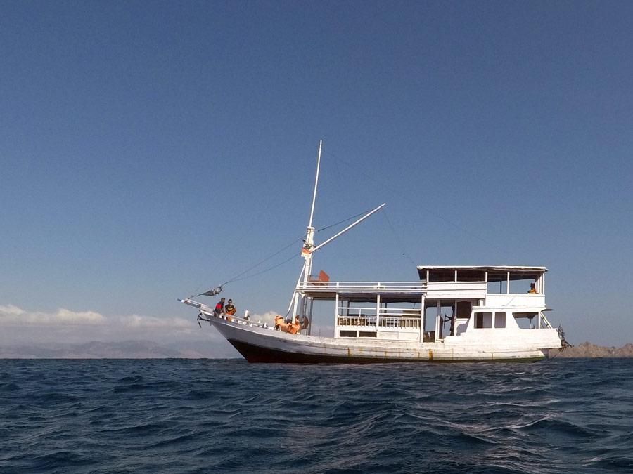 private liveaboard boat komodo snorkelling diving